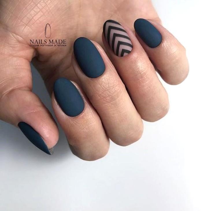 темно-синий маникюр с полосками