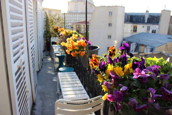 балкон с фиалками