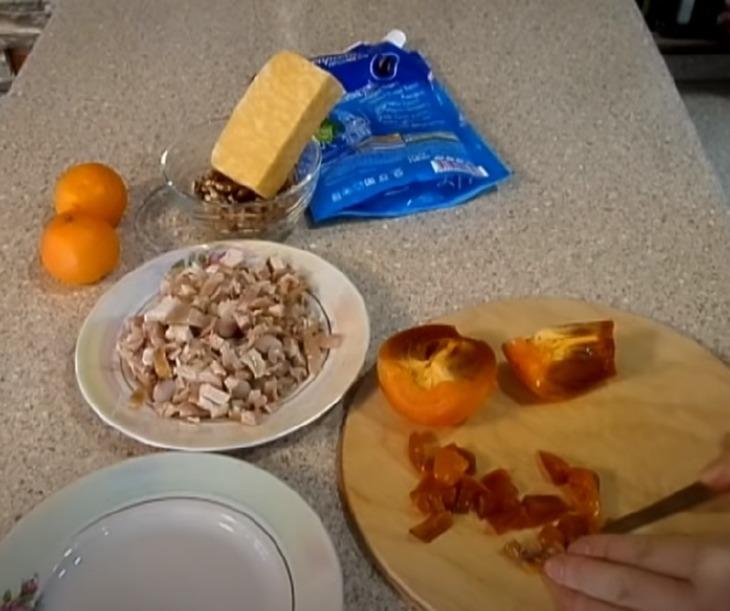 салат с хурмой: подготовка ингредиентов