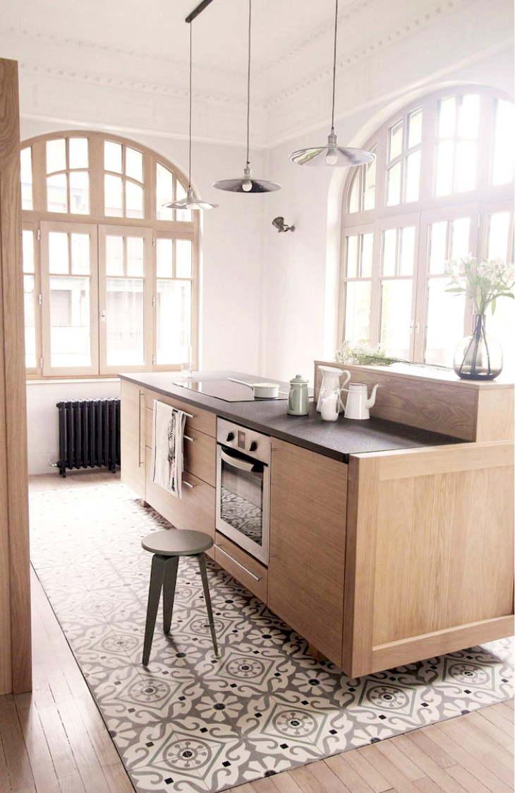 кухонная зона с комбинированным полом